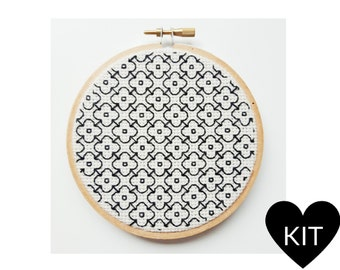 Daisy Embroidery Kit, Modern Blackwork, DIY Gift Idea, Hand Embroidery Kit, Flower Blackwork, Floral Embroidery Kit, Blackwork Embroidery