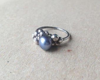 P10-Sterling silver ring, balls and black pearl.