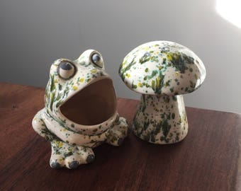 Ceramic Frog Sponge holder and matching shaker, scubbie big mouth frog, Dappled Cream and Green