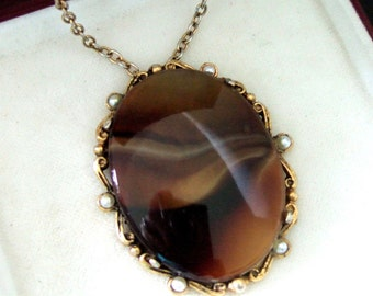 Beautiful Vintage Gold Tone Glass Agate Faux Seed Pearls Pendant And Chain.