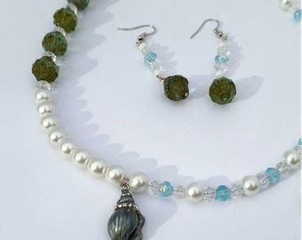 Shimmery Seashell Pendant with Elegant Pearls Jewelry Set