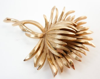 Vintage Flower Brooch Pin in Brushed Gold by Trifari from Mid Century 1950s