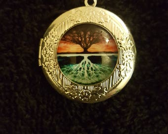 """Silver Tree Of Life Locket Set In Glass With 18"""" .925 Silver Chain"""