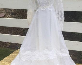 Vintage White Open Neckline Lace Full Length Wedding Dress