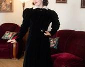 Vintage 1930s Coat - Plush Black Silk Velvet Puff Shoulders Opera 30s Evening Coat with Contrasting Ivory Fur Collar