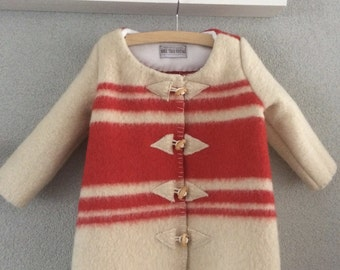 Girls jacket, blanket coat dekenjas made of a vintage navy wool blanket, offwhite red, size 110