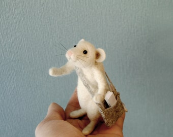 Mouse Messenger, Needle Felted Mouse, Miniature Felt Mouse, White Mouse With a Bag, Customisable Message, Postman Mouse - READY TO SHIP