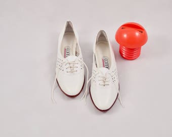white leather flats / woven loafer flats / white skimmers / 8 - 38.5 / 80s loafers / cut out loafers / causal flats / summer flats / oxfords