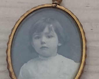 Vintage pinchbeck open locket with children's photographs