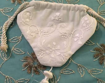Reticule, Cream linen embroidered small reticule, Handmade, late 18th to late 19th century, LINEN, tassel