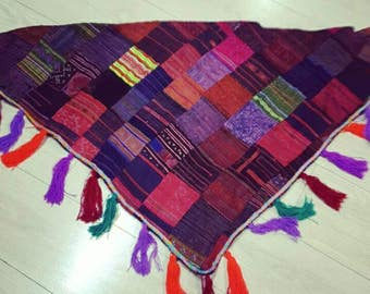 Shawl or neckerchief in triangular shape made a patchwork fabrics hmong to point of cross, completed in fringe.