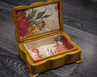 Small jewelry box/Rose lining/Wooden jewelry box/ Jewelry box with a lid/ Jewelry storage/Hand engraved box