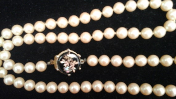 LONG VINTAGE PEARL Necklace 65cm -  with beautiful Mother of Pearl Cabochon clasp - Japanese - 1960's - Vintage chic - in black silk bag