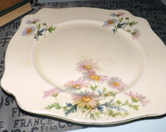Early mid-century (c.1940s) Royal Staffordshire AJ Wilkinson Honeyglaze square dinner plate.  Pink daisies, gold edge, cream ground.