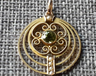This is a beautiful Edwardian art deco 9ct gold peridot and seed pearl pendent
