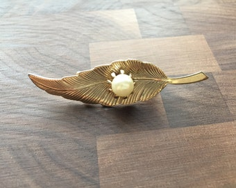 Vintage 1960s Gold Feather Brooch Pin with Prong Set Pearl