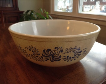 Large 4Qt Homestead Pyrex Mixing Bowl