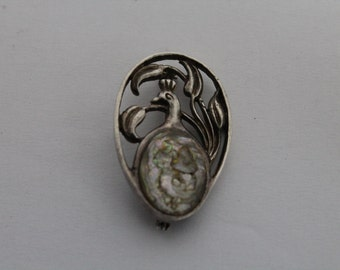Antique woman brooch pendant with with nacre