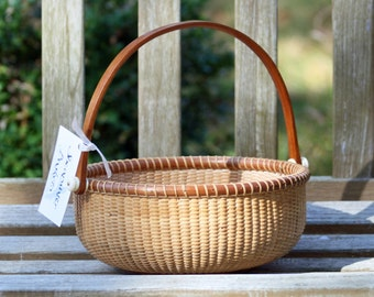 9-inch round Nantucket-style basket with handle