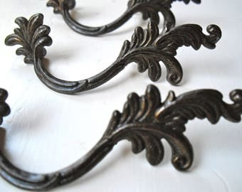 Set of six English Art Nouveau leafshaped brass handles  for kabinetdrawers with beautiful natural patina. Rustic Manorhouse decor