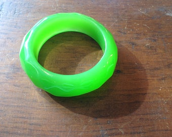 Vintage Lime Green Lucite Bangle Bracelet with Facet Pattern