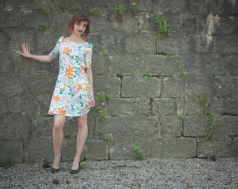 Dress style retro 50s, white cotton with colorful flowers with rounded naked back.