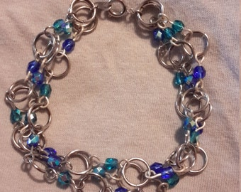 Chain link bracelet with blue color shifting beads