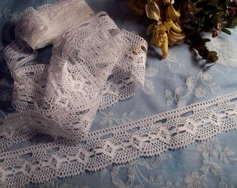 A pretty wide lace vintage fine quality and good performance
