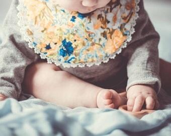 Bib / réversible bib / yellow bib / flower bib / bib with lace / baby shower gift / assorted bib / bib for baby girl / flower pattern bib /