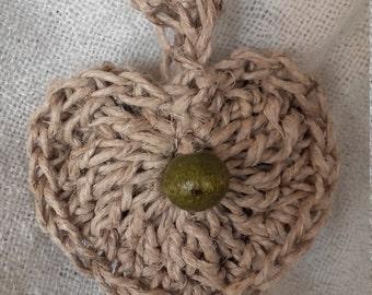 Collana cuore in canapa e legno. Lunghezza regolabile