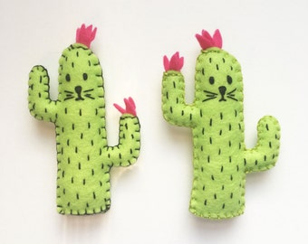 Cactus cat magnet, green saguaro felt cactus cat magnet, Kitchen decor, refrigerator magnets, plushie magnet, hand sewn, HibouDesigns, OOAK