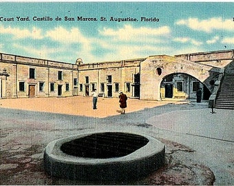 Vintage Florida Postcard - Tourists at Castillo de San Marcos, St. Augustine (Unused)