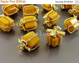15% SALE 2 mustard yellow wrapped present gift glass charms for jewelry making / glass beads charms 5096G-MU (bright gold, mustard, 2 pieces