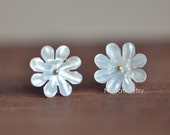 10pcs White Mother of Pearl Flowers 14mm, Center Drilled Shell Chrysanthemum  (#V1253)
