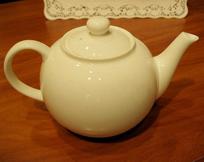 Classic WHITE TEAPOT Fine Bone China, Made in England, perfect for a Tea Party, Bridal Shower, Wedding Gift, Afternoon Tea, Baby Shower