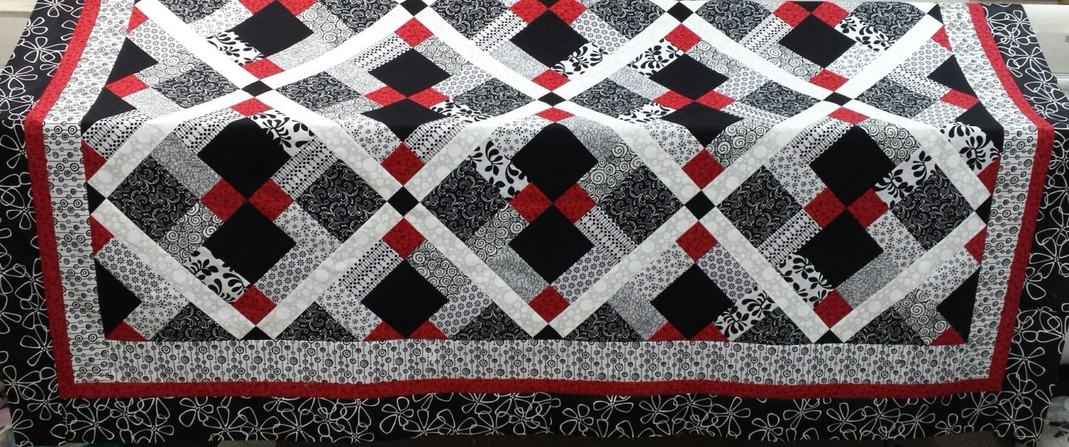 Queen size quilt pattern red black and white quilt for Red door design quilts