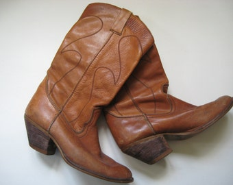 Gorgeous Romanian hipster fashion cowboy style tall tan leather women's vintage boots with heel 70s 80s sz 8