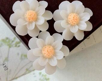 18 mm Milky White Color Resin Marigold Flower (.nm)