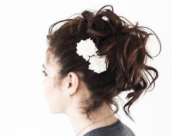 714_Natural white flower, Bridesmaid hair clips, Floral clips, Wedding hair clips, Flower in hair, White flower clips, Fabric white flower