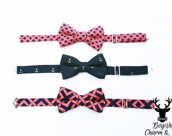Boys Bow Tie in Coral and Navy Blue Print, Toddler Bow Tie, Wedding Ringbearer, Navy Blue and Gold Anchors Bowtie