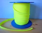 Passepoil jaune fluo, vendu au mètre. galon mercerie. customisation. ruban jaune fluo. Biais jaune fluo et cordelette. Coton