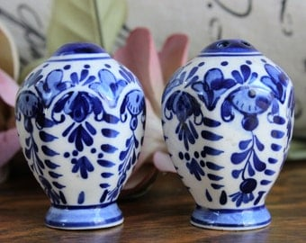 Vintage Salt And Pepper Shaker / Blue And White Porcelain / Delft Style / Willoware / Collectible China Ceramic / Holland Dutch