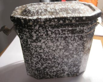 antique lunch box..speckle wear...French?????