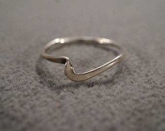 vintage sterling silver band ring with offset design, size 8   M2