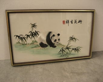 Vintage Silk Chinese Embroidery - Panda bear - Bamboo - Signed - Professionally framed behind glass - Large wall hanging - Suzhou