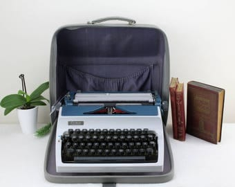 70s Vintage Typewriter Daro Erika Made in Germany FUNCTIONED PERFECT Traveling machine light brown with leather case gray