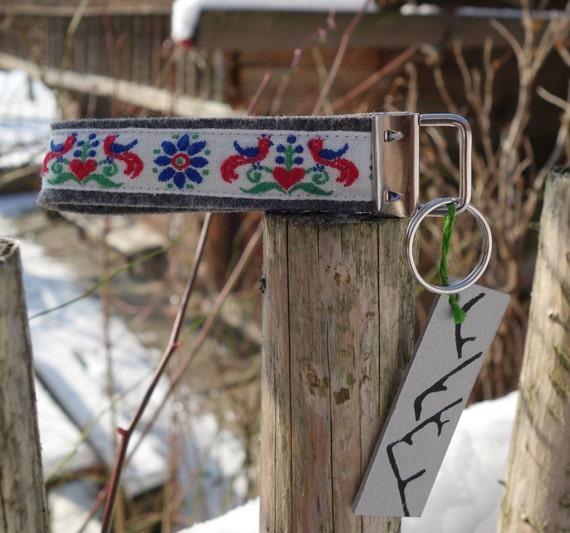 Schlüsselband mit folkloristischer Vogelborte