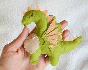 Dragon. Dragon en feutrine. Dragon miniature pour enfant. Jouet pour les enfants. Jouet en peluche. Cadeau pour garçon. Jouet de feutre.  Amateurs de Dragon. vert. Bébé cadeau