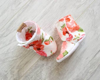 Baby booties - Stay on booties - Baby slippers - Baby girl - Baby accessories - Baby shower - Birth gift - Pink flower - Floral accessories