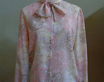 """Vintage 70's new attitude Division of Russ Togs INC. Long Sleeved Blouse Peach, Beige and Light Yellow Floral Print Bust 42"""" Waist 41"""""""